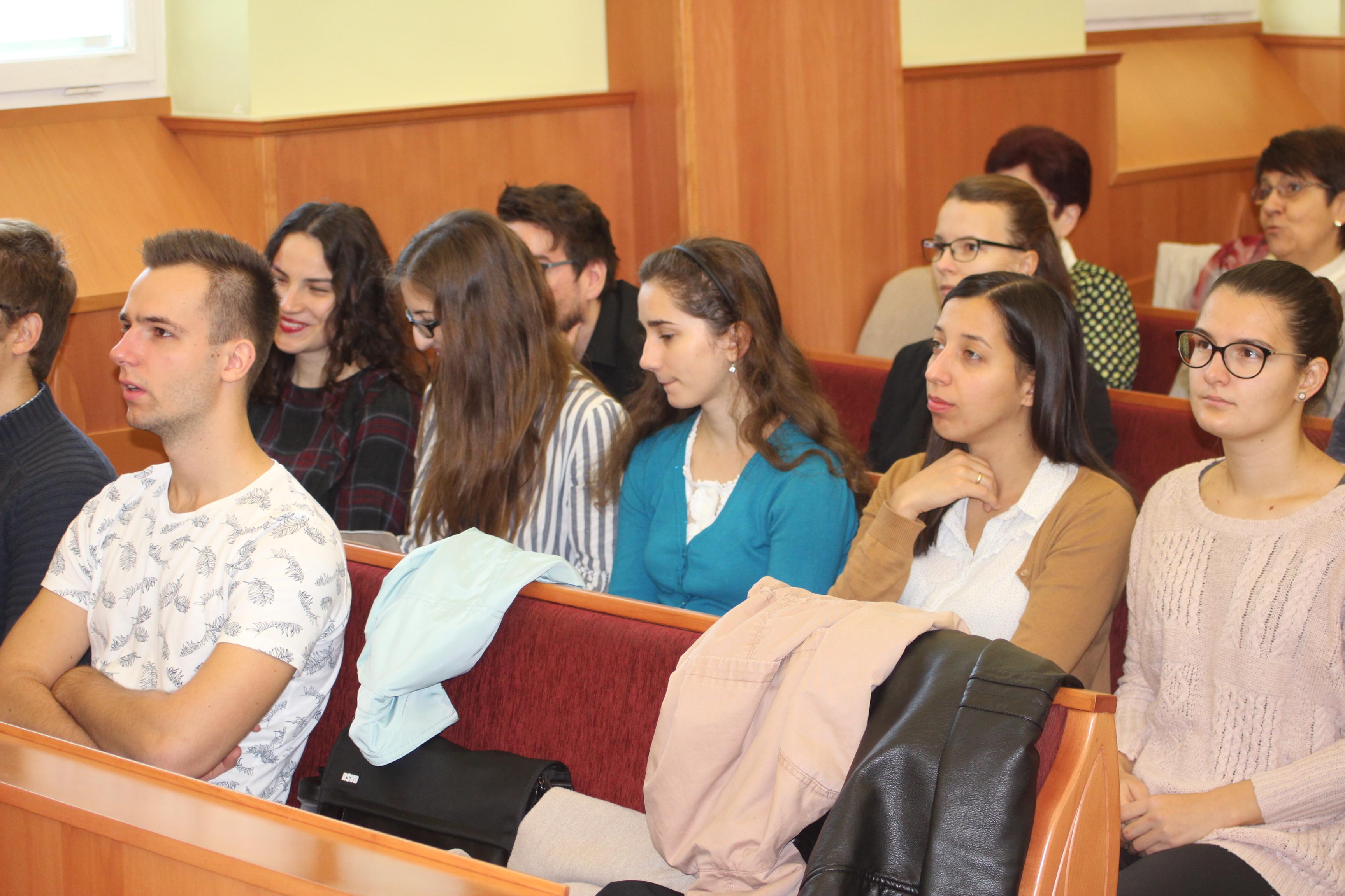 Szegedi fiatalok az istentiszteleten