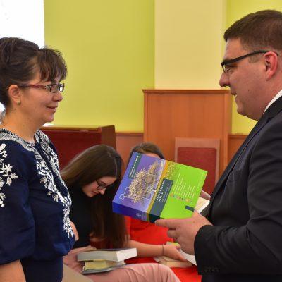 Ajándék Bibliák átadása